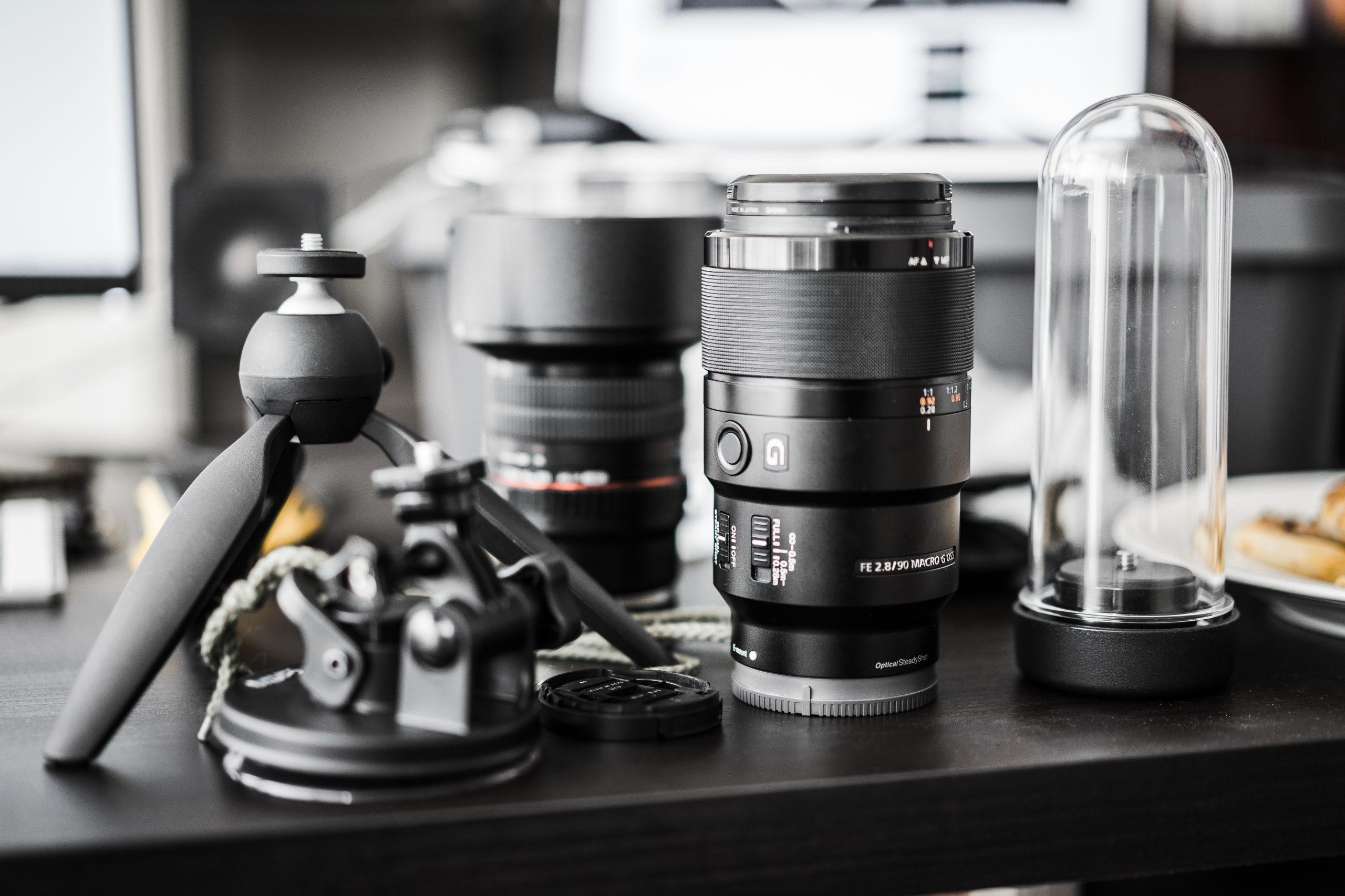 tripod a objektívy na stole
